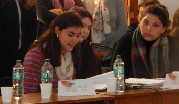 Una alumna de Escuela La Corona detallando su tema, embarazo adolescente