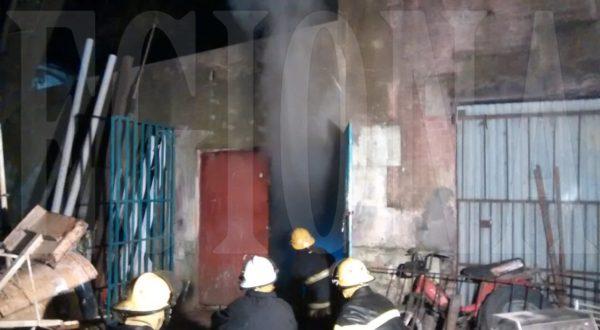 Una brigada de Bomberos controlando el incendio en el galpon municipal