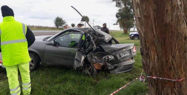 Vehiculo Corsa que impacto contra un arbol