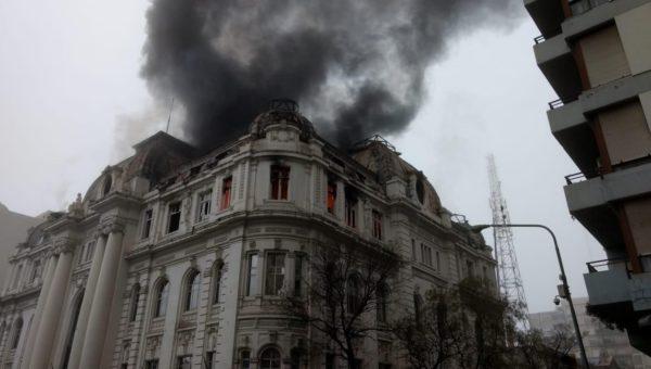 Edificio del Banco Nacion en Bahia Blanca, en las primeras horas de este sabado aun con fuego