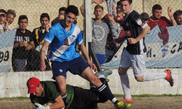 Godoy logra quitarle la pelota a Monjada, autor del segundo gol Santo