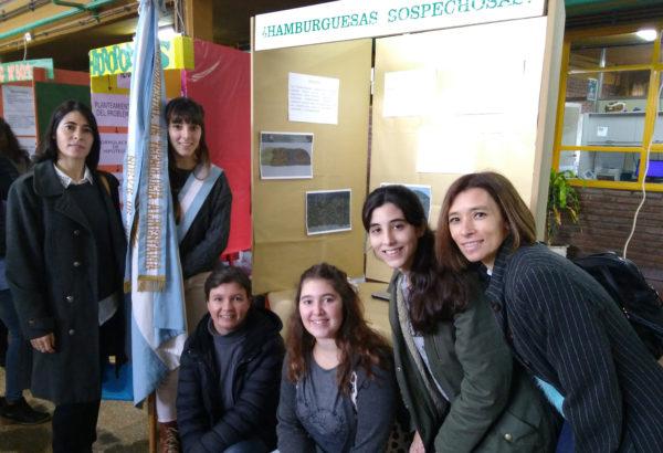 La regente del ISETA y alumnos en el Stand durante la Feria de Ciencias