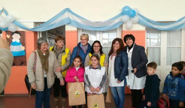 Las alumnas Jimena y Yelena con sus premios junto a directivos del establecimiento e integrantes del Club de Leoens