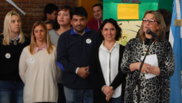 Liliana Vallabriga junto al equipo de Evaluadores y organizadores de la Feria