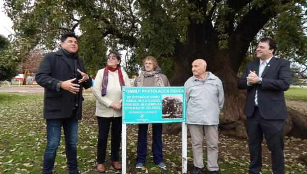 Lopez, las hijas del señor Buonano y el Intendente Mariano Barroso ayer domingo durante el acto en Plaza Italia