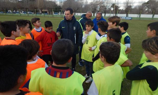 Luis Luquez en una charla previa con jugadores en Once Tigres