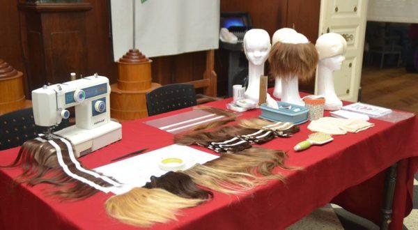 Mientras se desarrollaba la jornada tambien se confeccionaban pelucas