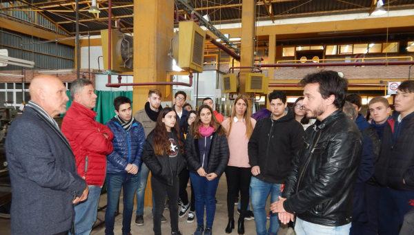 Sergio Cerdeira explica a Lawson los proyectos de la escuela