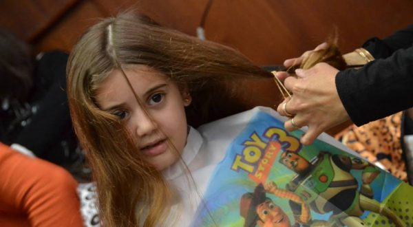 Una niña tambien dona parte de su cabello