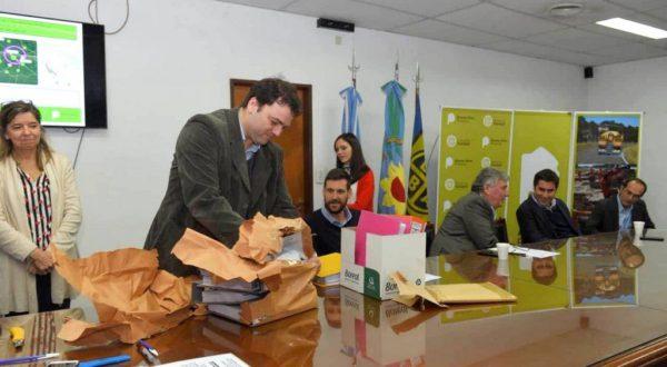 Barroso durante la apertura de uno de los sobres presentados