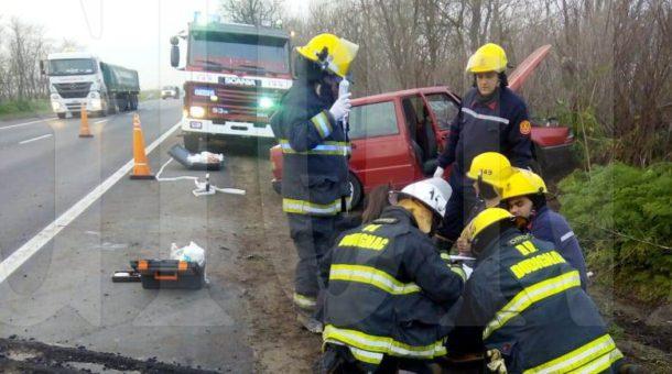 Bomberos de Dudignac trabajando en el lugar del accidente