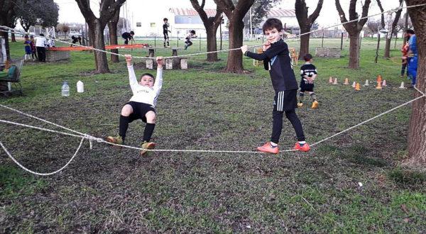Dos niños llevan adelante un trabajo de caminar sobre sogas en San Martin