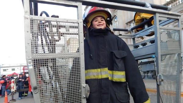 Feliz de ser bombero por unos minutos