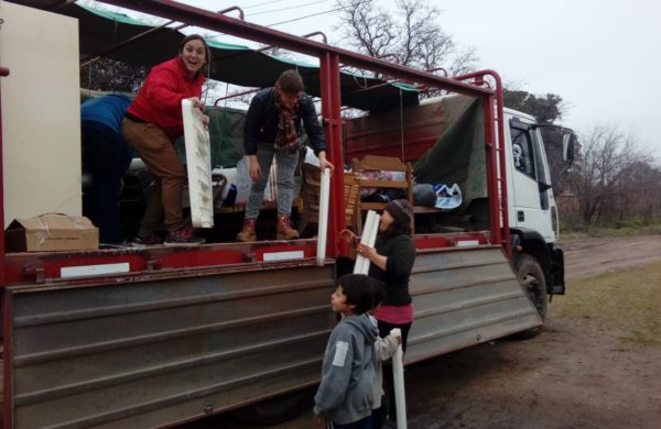 Vecinas de Dudignac colaborado en dejar elementos donados a una familia de la localidad