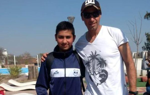 Agustin Gomez de Club Libertad junto a su profesor