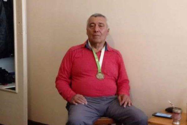 Bocha Farias luce su medalla de oro obtenida en Mar del Plata
