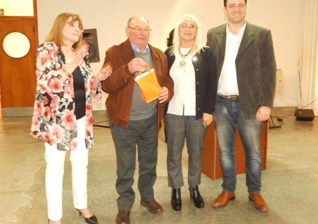 Cesar Cappelletti acompañado de Emilce Rossi, Graciela Vadillo y el Intendente Mariano Barroso