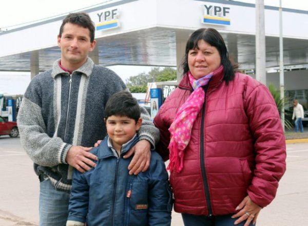 El menor junto a sus padres