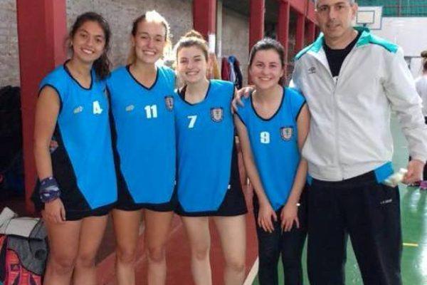 Equipo de Cestoball sub 18 3×3 junto a su profesor Pablo Lezcano tras clasificar en Chacabuco