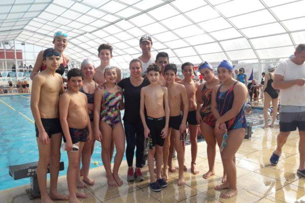 Equipo nuevejuliense de natacion que compitio hoy en Pehuajo bajo las ordenes de Leticia Arruiz y Osvaldo Gombez