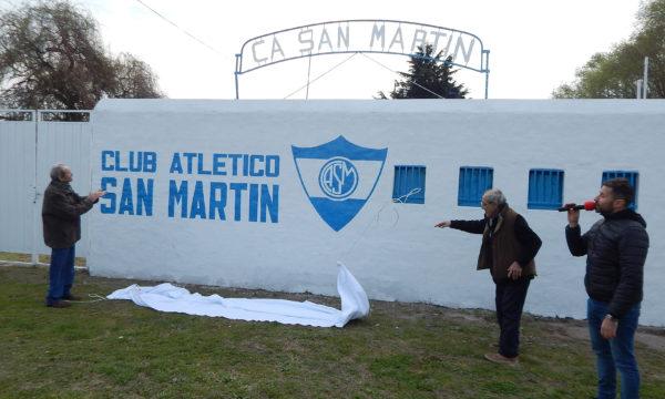 Juan Galluppi y Francisco Pastor dejan al descubierto el cartel, acompañado por Jose Mignes