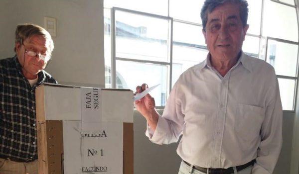 Oscar Carretero al momento de emitir su voto este domingo