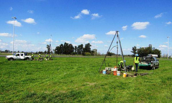 Un equipo de geologos trabajan sobre el suelo en Chivilcoy sobre ruta 5 y 30