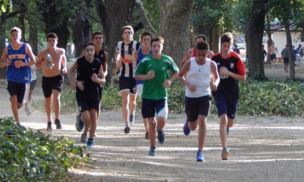 Un grupo de jovenes durante el ultimo verano que realizaba actividades de atletismo en el Parque Gral San Martin