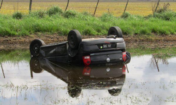 Vehiculo que tambien termino en el agua