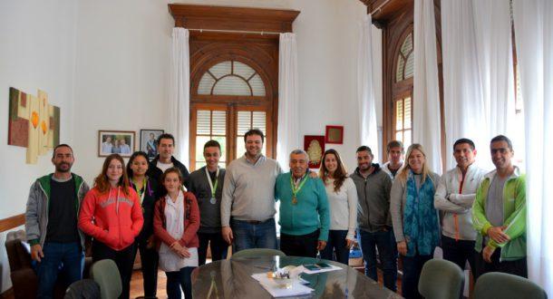 Barroso junto a los jovenes, sus entrenadores y funcionarios municipal