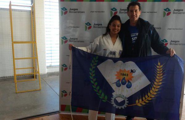 Camila junto a su profesor, Jorge Charras luego del logro obtenido en Juegos Bonaerenses