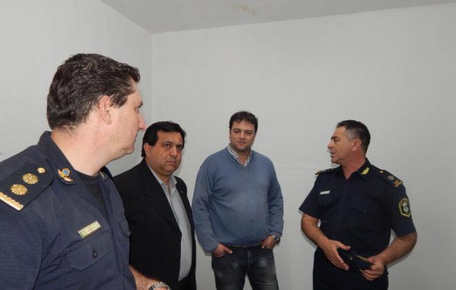 El Intendente Barroso junto al Director de proteccion ciudadana de Bragado y los Comisarios Vazquz y Gil en una de las renovadas oficinas