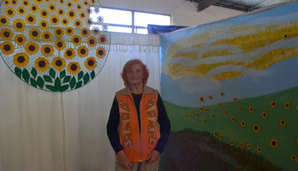 Elida Arocas propone arte tejido y colocar girasoles tejidos por ella