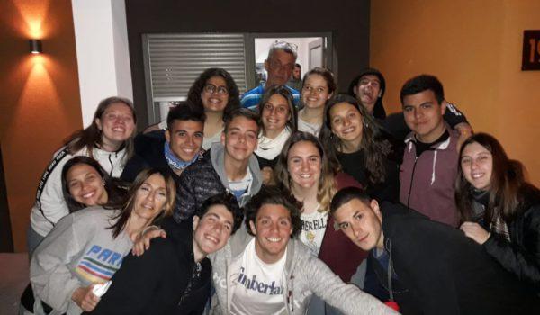 En 9 de Julio Lilina Lanieri, Gustavo Crespi, Giuliano uno de los Coordinadores y chicos de ambos colegios junto a El Regional Digital