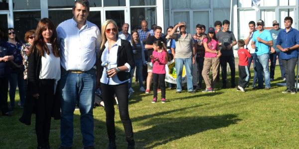 Hugo Enrique junto a integrantes del Stand Municipaldiad de 9 de Julio, segundo premio en Institucionales
