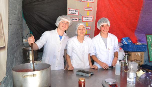Los alumnos de Inchausti hace dulce de frutilla