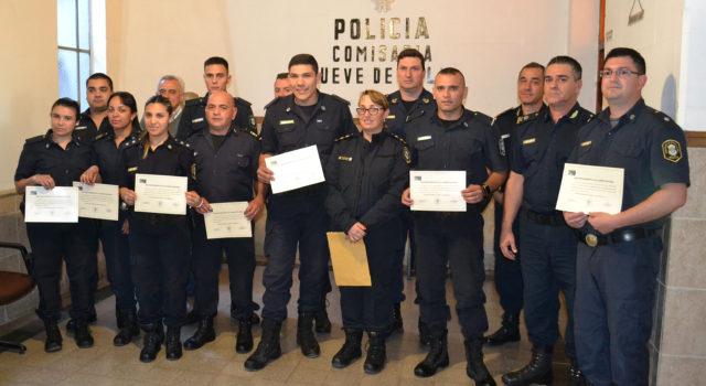 Los efectivos de policia portando su diploma junto a las autoridades policiales