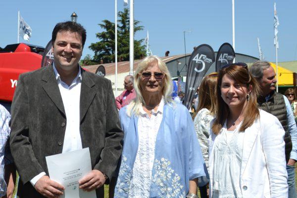 Mariano Barroso junto a su esposa y la presidente de Sociedad Rural de 9 de Julio