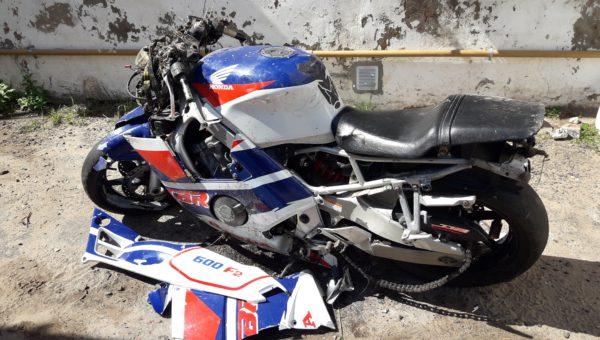 Motocicleta que se despisto y su conductor salvo su vida