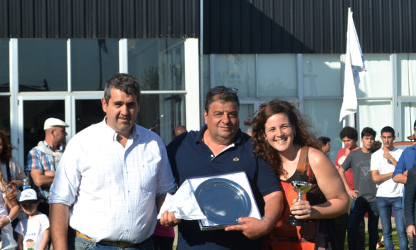 Pepin Zabala y su hija Sofia reciben su premio de Hugo Enriquez