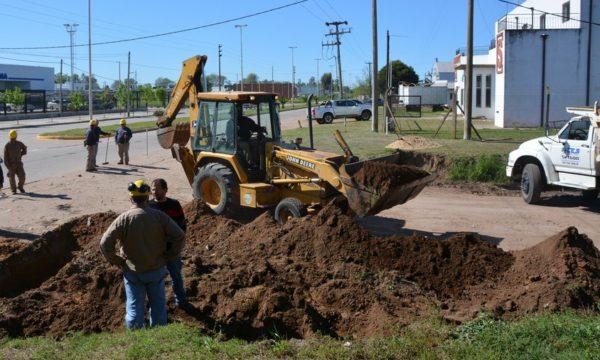 Personal de la CEyS inicio esta semana la nivelacion del terrno para pavimentar en calle Avellaneda y Agustin Alvarez