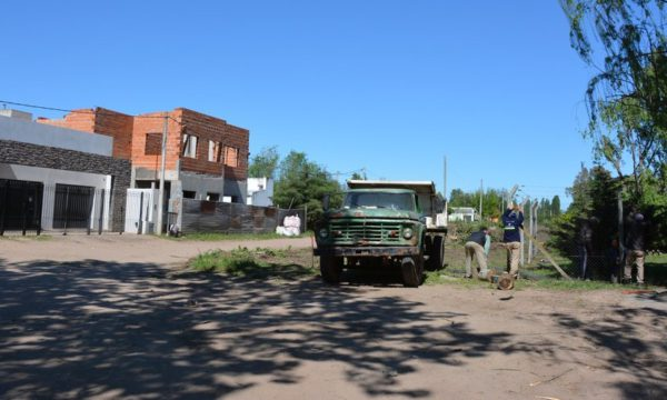 Personal municipal trabaja en la apertura de calle Cavallari