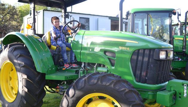 Un nene eligio un John Deere para disfrutar de la tarde del sabado
