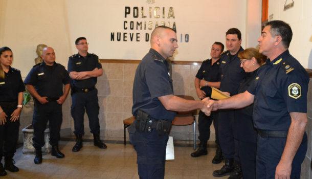 Uno de los efectivos es saludado por el Comisario Inspector Jose Manuel Gil