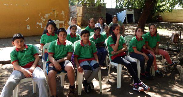 Alumnos de 6to junto a su docente y Directora