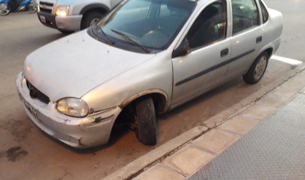 Automovil que sufrio la falla mecanica y dio contra el porton