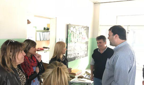 Barroso en dialogo con las docentes del establecimiento y el Consejero Escolar David Farias