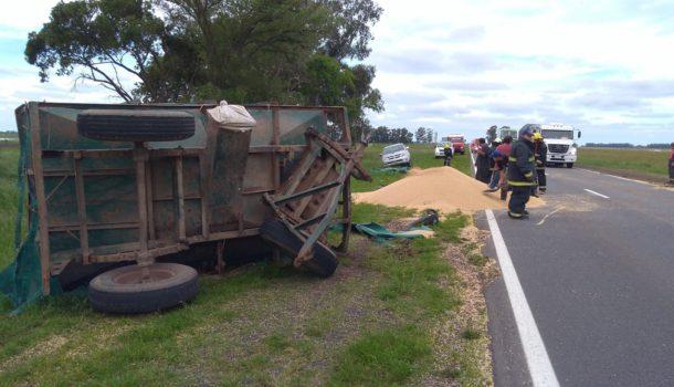 Bomberos Voluntarios de Casares liberando la ruta paliando el grano de soja