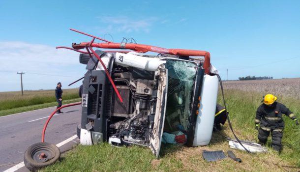 Camion que volco luego de impactar con el tractor