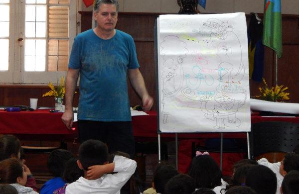 El Ilustrado Emilio Ferrero durante el trabajo con alumnos de primaria en la mañana de este miercoles